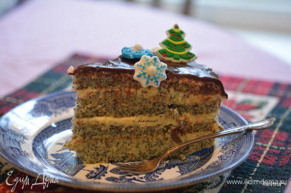 Разрезаем и угощаемся. Вкусный торт к чаю или к кофе. С новогодними праздниками вас, друзья!