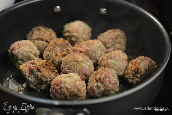 Сформировать в фрикадельки/шарики небольшого размера. Выложить на горячую сковороду с маслом и обжарить со всех сторон.