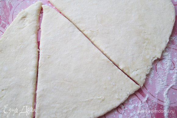 Этого количества теста хватит целый противень елочек. Мне удалось сделать только 2 штуки, потому, что тесто было предназначено для пирогов. Делаем елочки. Раскатываем тесто в пласт, толщиной 0,5-0,6 см и вырезаем треугольники: на каждую елочку 2 треугольника.