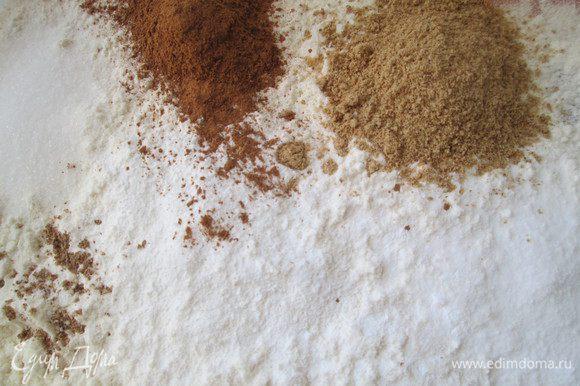 Смешиваем все сухие ингредиенты: муку, разрыхлитель, соду, корицу, имбирный порошок, соль и мускатный орех.