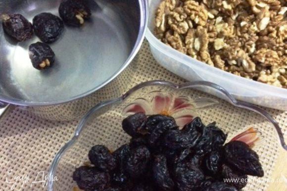 Чернослив тщательно моем и начиняем ядрами грецкого ореха. Я старалась нафаршировать половинкой ореха. Укладываем наш чернослив с орехом в емкость с толстым дном, в которой будем варить его в вине.