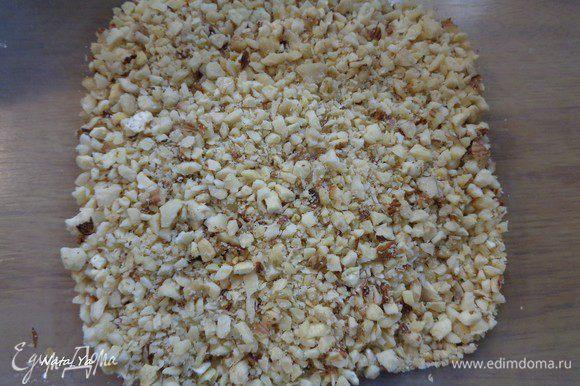 Орехи немного прокалим на сухой сковороде и измельчим в фуд-процессоре в средние кусочки.