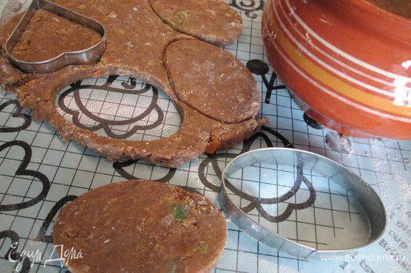Раскатываем тесто не тоньше 1 см, вырезаем формы. Укладываем пряники на противни, застеленные пекарской бумагой или силиконовыми ковриками.
