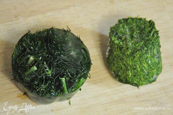 Шпинат и зелень я режу и замораживаю заранее, а потом опускаю в кипяток и процеживаю размороженную зелень через сито.