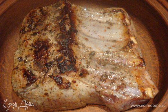 Вынуть мясо из маринада, обсушить бумажным полотенцем. Разогреть сковороду, налить растительное масло и кладем ребра в сковороду. Обжарить с двух сторон. Кладем ребра в огнеупорную посуду.