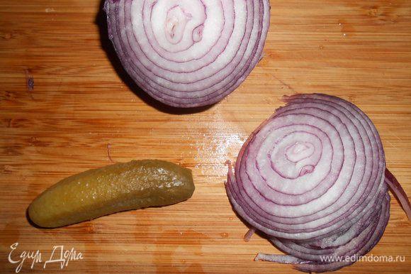Пока котлетки жарятся, приготовим остальные продукты. Порезать тонкими кружками лук.