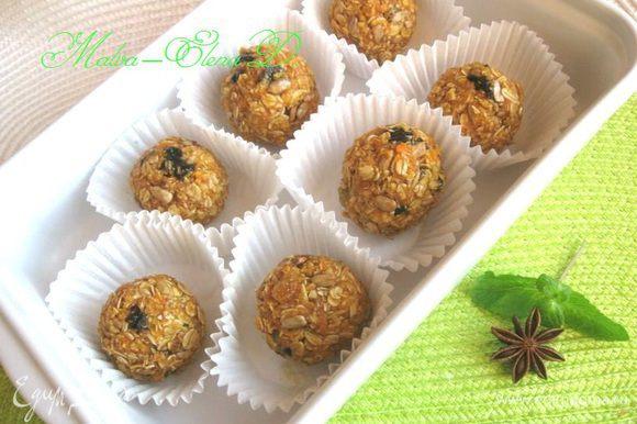 Сделать небольшие шарики из полученной массы, выложить на кружочки пергаментной бумаги, положить на тарелку или в другую посуду, поместить в холодильник на час.