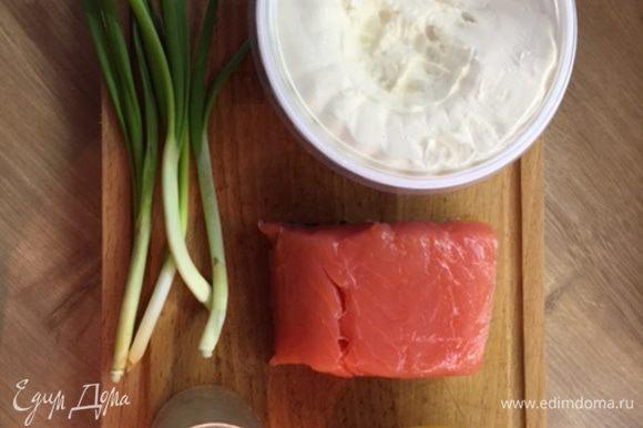 Семгу, маскарпоне, лимонный сок и прованские травы поместить в блендер или емкость.