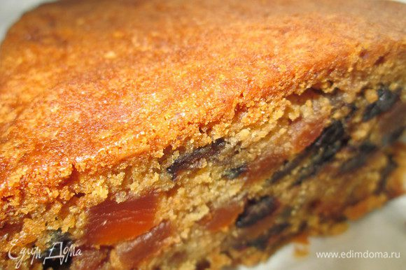 Через неделю, когда фрукты, орехи настоялись, можно заняться выпечкой кекса. Готовим формы — любые, на свой вкус, и промазываем сливочным маслом, затем кладем пекарскую бумагу и снова промазываем маслом. Края бумаги пусть выступают сверху формы на 5-7 см, чтобы кекс не обгорал при выпечке. 1. Отмеряем и взвешиваем все ингредиенты по рецепту и отделяем желтки от белков. 2. Смешиваем молотый миндаль, муку, пекарский порошок и пряности (по желанию). 3. Взбиваем масло, минут 5-7, пока оно не станет светлого цвета. 4. Добавляем сахар, продолжая взбивать минут 7-10. 5. Добавляем патоку (можно мед) на средней скорости. 6. Теперь вводим яйца, взбивая. 7. Добавляем мучную смесь сразу всю, перемешиваем 2 минуты на низкой скорости. 8. Откладываем часть готового теста в отдельную емкость, примерно 7 ст.л.