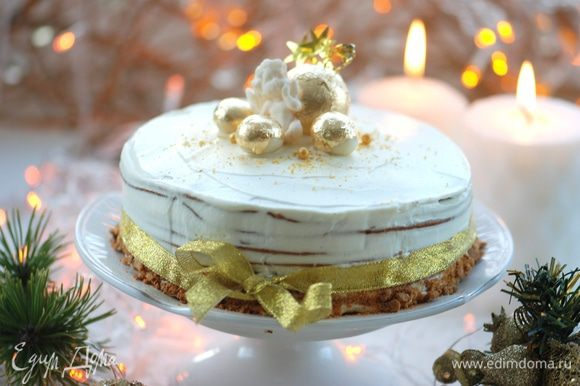 Коржи пропитываем кремом и посыпаем орехами. Когда пропитали коржи, боковые края торта обмазываем кремом. Обрезки (можно и орехи) измельчаем в блендере и украшаем бока торта и верхнюю часть.