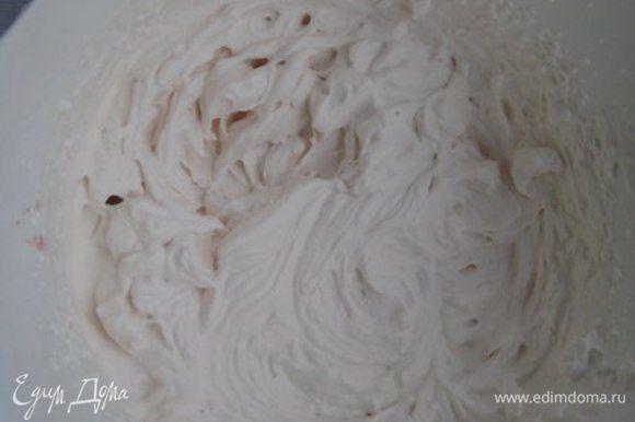 Взбить холодные сливки с 1 пакетиком ванилина в крепкую пену.