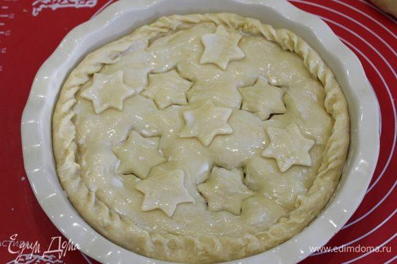 сверху уложить еще пласт теста, можно украсить пирог, смазываем молоком. Отправляем в разогретую духовку до зарумянивания минут на 40, температура 180°С.