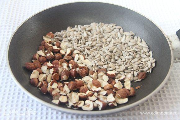 50 г фундука и 50 г семечек слегка поджарить на сухой сковороде. Орехи можно взять любые.