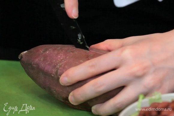 Разогреть духовку до 205°C. Сделать продольный разрез на батате и запекать 35-45 минут. Точное время будет зависеть от размера батата. Если его чем-нибудь проткнуть, он будет мягким.