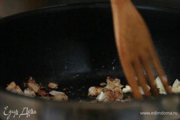 Затем добавить смесь специй и обжарить пару минут.