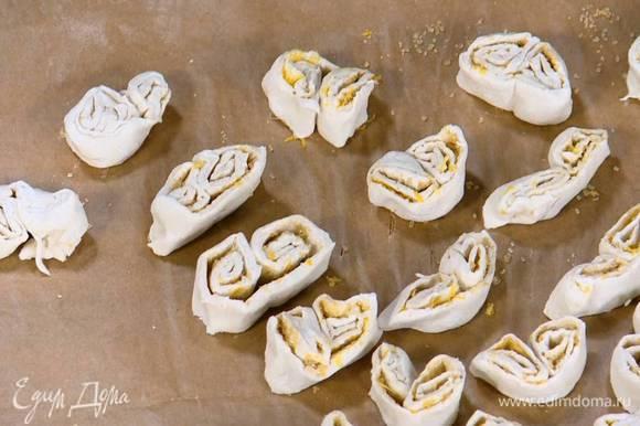Противень выстелить бумагой для выпечки и выложить на нее печенье.