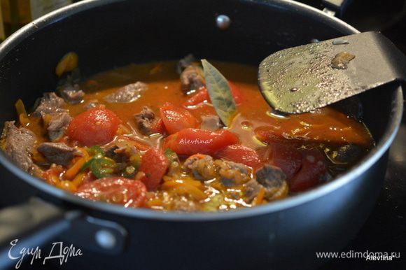 Вернуть ягнятину в блюдо, перемешать. Добавить куриный бульон, сахар, томаты баночные нарезанные кубиками 400 г, соус острый чипотли, соус вустерширский, лавровый лист. Довести до кипения. Закрыть крышкой и тушить 40 мин.