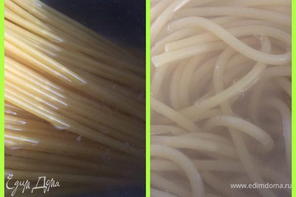 Пока остывают мясо и соус сварим в подсоленной воде пасту до состояния al dente. У меня трубочки-спагетти. Ими проще потом форму выкладывать, но можно попробовать пасту и другой формы, однако будет сложно. Сливаем воду, сбрызгиваем немного оливковым маслом, чтобы не слиплись и остужаем.