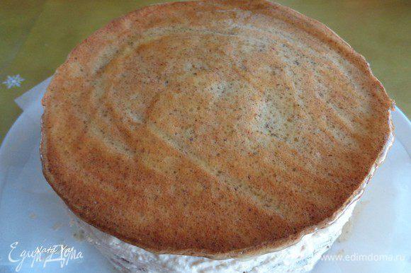 Кисточкой покрыть торт теплым конфитюром. Убрать торт в холодильник на несколько часов или на ночь.