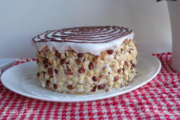 Края торта украсить крупно-порезанным фундуком.