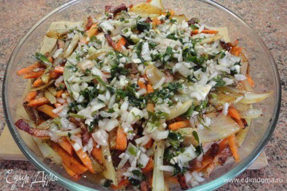 Выкладываем все овощи вместе со шкварками поверх мяса и выливаем маринад, в котором лежала курочка.