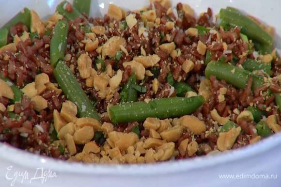 Посыпать салат измельченным арахисом и подавать.