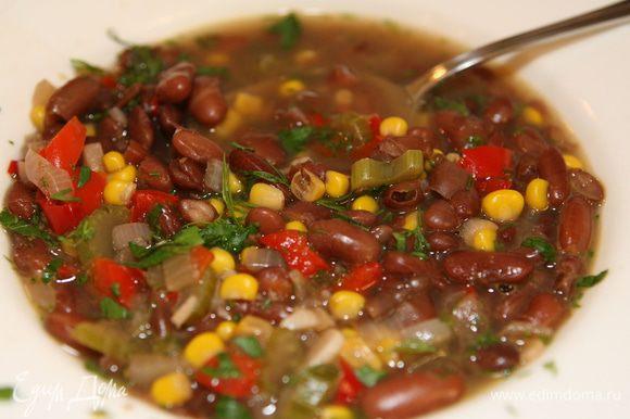 Петрушку мелко порубить и присыпать разлитый в тарелки суп.