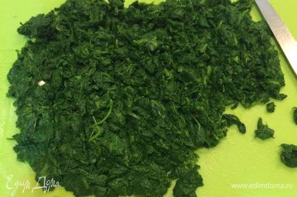 Вареный шпинат порубить и добавить к луку. Тушить под крышкой 5 минут. Яйцо взбить, добавить к шпинату и быстро перемешать.