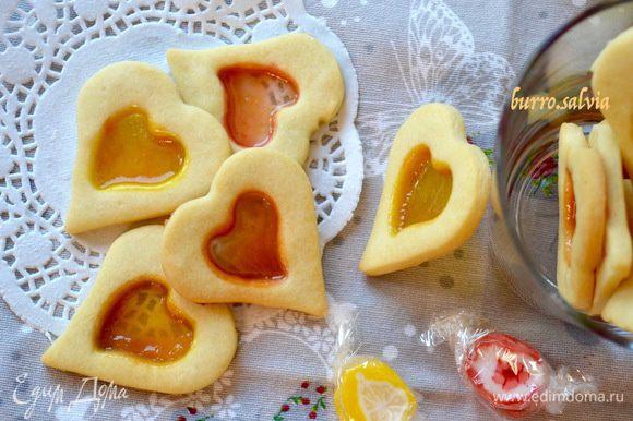 Такое печенье вполне подойдет и в качестве подарка любимым! Особенно, если вы его приготовите в форме сердечек, как у нас...