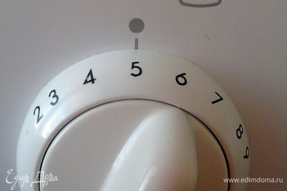Разогреваем духовку до 200°С (у меня данная температура обозначается цифрой 5).