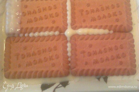 Выложить первый слой печенья.