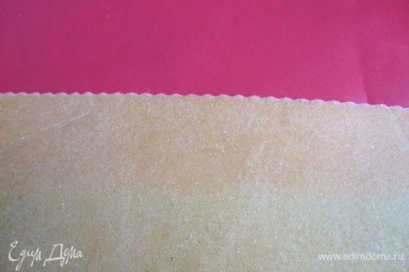Вырезать колесиком для пиццы большой квадрат. Поскольку я делала каппеллетти всего на 2 порции, я не убирала под пленку или полотенце тесто. Тем не менее надо стараться работать быстро, чтобы тесто не подсохло. Правило следующее: пока работаете с одной небольшой партией, другую прикрыть пленкой или полотенцем.