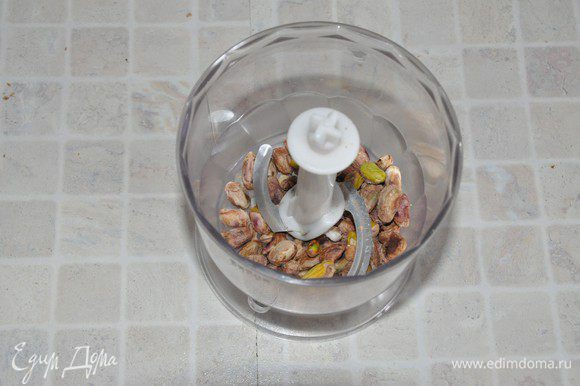 Приготовим соус. Соленые фисташки очистить от скорлупы. С веточки тимьяна оборвать листочки — понадобится чайная ложка листочков (я заменила на щепотку сушёного).