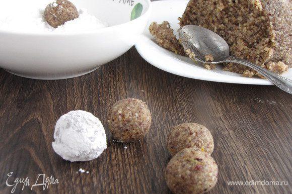 Через полчаса достать тесто, насыпать в миску сахарную пудру. С помощью чайной ложки отделять небольшие кусочки теста и скатывать шарики. Каждый шарик обвалять в сахарной пудре. У меня получилось 44 шарика.