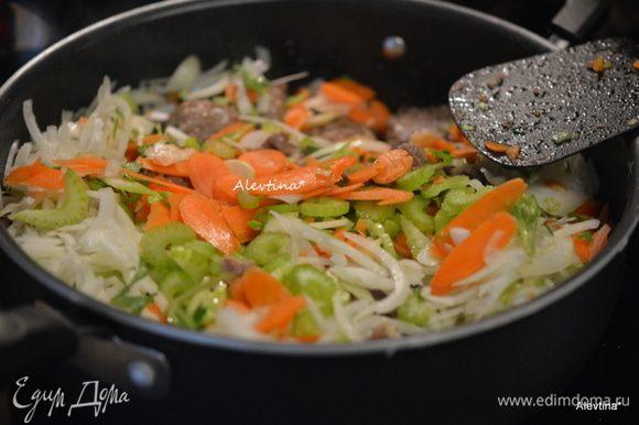 Добавить затем нарезанные овощи и все специи. Перемешать. Готовить до мягкости овощей, помешивая.