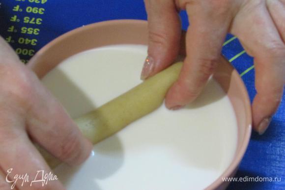Затем каждую до половины обмакнуть в молоко.