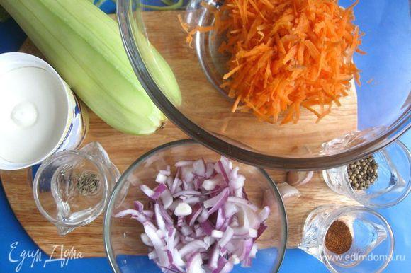 Очистить кабачок, морковь, лук, чеснок, орехи порубить. Морковь натереть на крупной терке. Лук порезать.