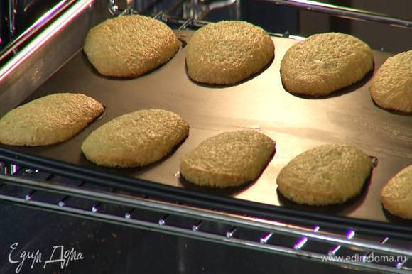 Формочки для печенья (лучше в виде ракушек) смазать оставшимся маслом, заполнить тестом и отправить в разогретую духовку на 12 минут.