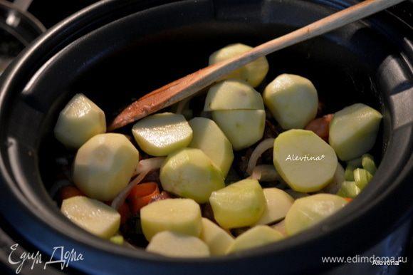 Добавить в медленноварку картофель очищенный и нарезанный.