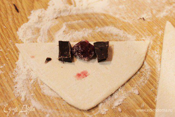 На основание полученных треугольников выкладываем начинку и заворачиваем. Каждую вишенку окунаем в сахар, можно добавить ванилин. Придаем полученным круассанчикам форму полумесяца, выкладываем на смазанный маслом противень. Я сделала несколько штучек с бананами и шоколадом, получается очень вкусно!