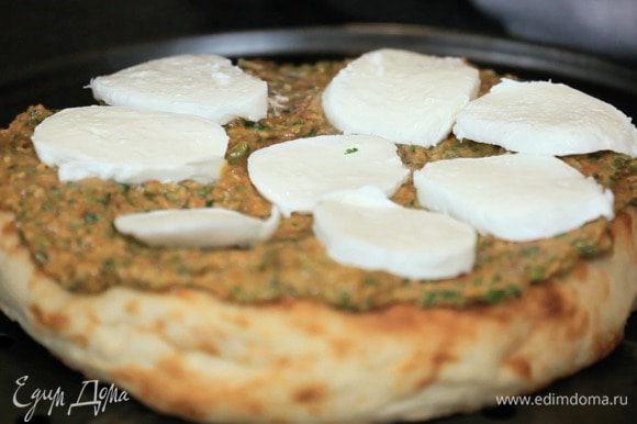 Сверху выложить моцареллу и отправить в духовку, пока сыр не растворится.