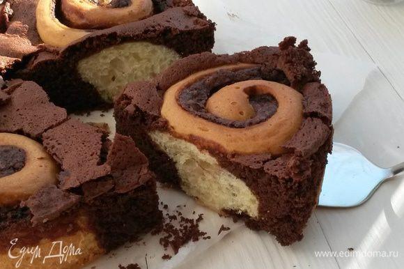 Готовому пирогу даем полностью остыть прямо в форме. Лишь потом его достаем, нарезаем и наслаждаемся. Приятного чаепития!