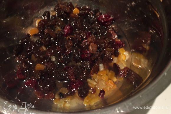Начинаем с фруктов. И первый секрет — их следует замочить в 150 мл лимончелло (ром) на ночь (желательно). У меня смесь апельсиновых цукат, двух видов изюма и клюквы.