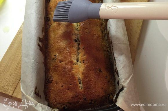 Горячий готовый кекс обильно смазываем оставшимся Лимончелло и остужаем в форме.