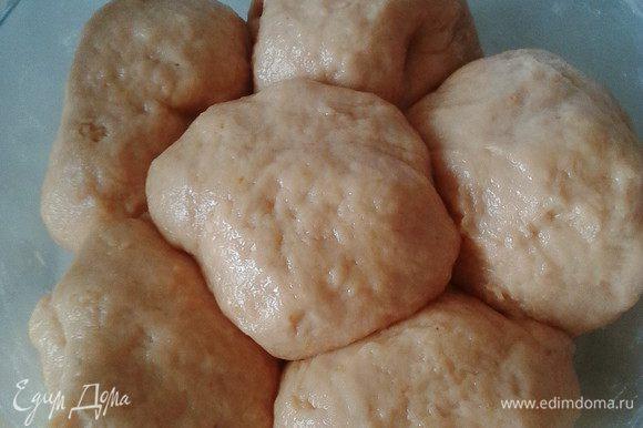 Добавить просеянную муку, замесить мягкое тесто, разделить его на 6 частей.