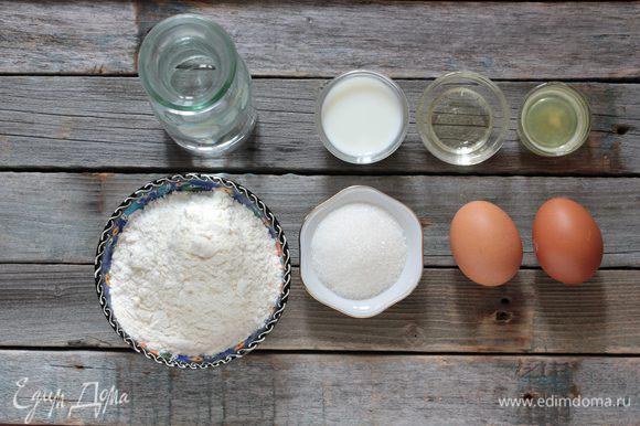 Молоко смешайте с водой, добавьте яйца, сахар, соль и минеральную воду. Отдельно просейте муку. В глубокой миске взбейте венчиком яйца с молоком, затем, не переставая взбивать, добавляйте небольшими порциями просеянную муку.