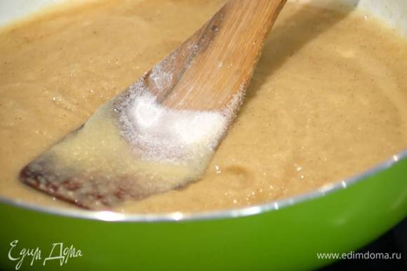 Приготовить начинку: 3 ст. ложки муки обжарить на разогретой сковороде до золотистого цвета, влить растопленное масло, перемешать, затем всыпать сахар, ванильный сахар, еще раз перемешать и слегка прогреть на небольшом огне, непрерывно помешивая.
