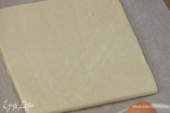 На рабочую поверхность высыпать 1 ст. ложку сахара и раскатать на нем тесто в тонкий пласт, затем перевернуть, присыпать оставшимся сахаром и еще немного раскатать.