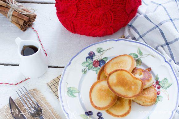 Разогрейте в сковороде растительное масло, наливайте тесто столовой ложкой, и жарьте до золотистого цвета. Подавайте с кленовым сиропом или со сметаной.