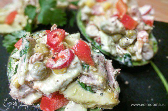 Наполнить половинки авокадо щедро салатом, так, чтобы с горкой.